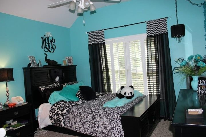 black and white bedrooms with blue accents photo - 3