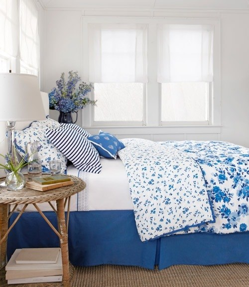 blue and white bedroom decor photo - 2