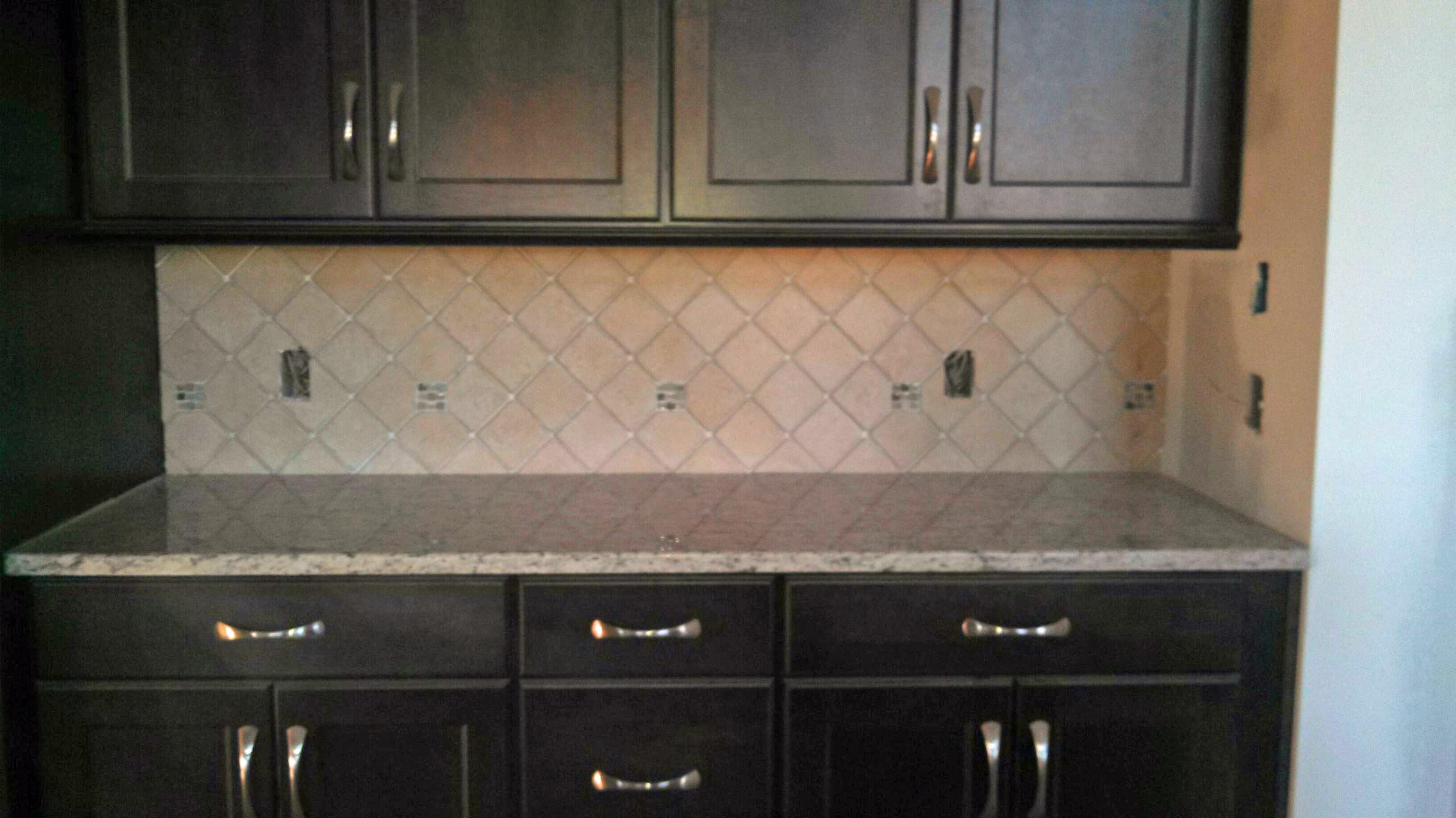 dark cabinet kitchen backsplash photo - 2