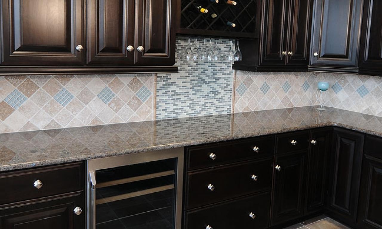 dark cabinet kitchen backsplash photo - 7