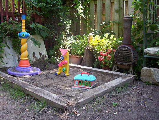 garden design ideas with childrenメs play area photo - 8