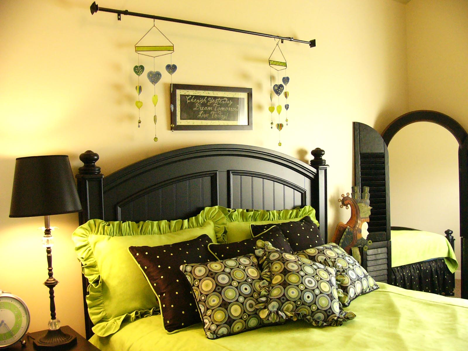 green and black bedroom design photo - 8