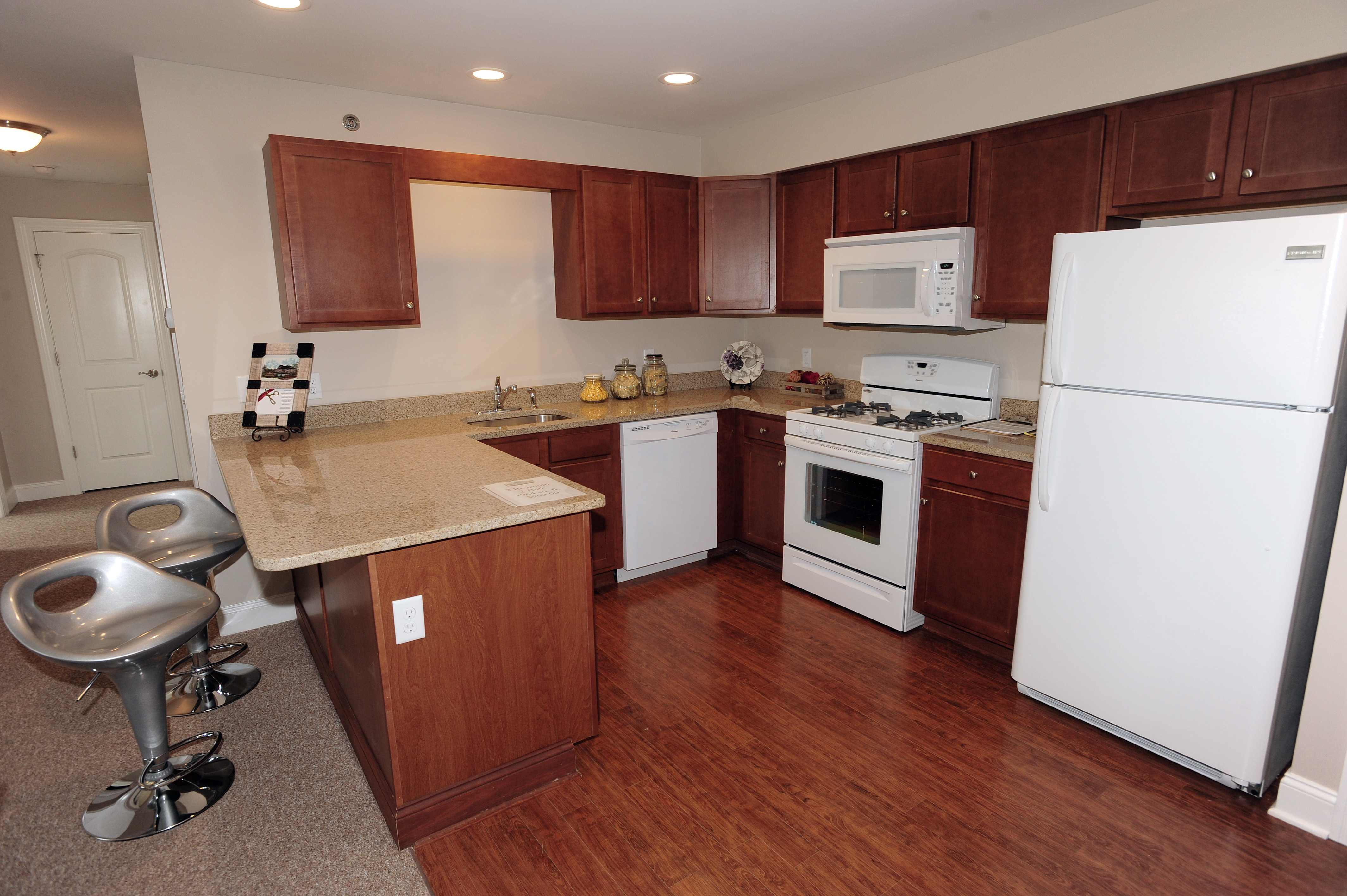 l shaped apartment kitchen photo - 10