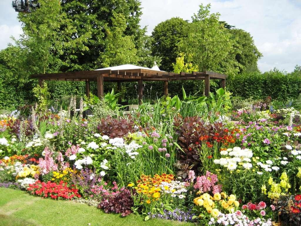 large flower garden design photo - 1