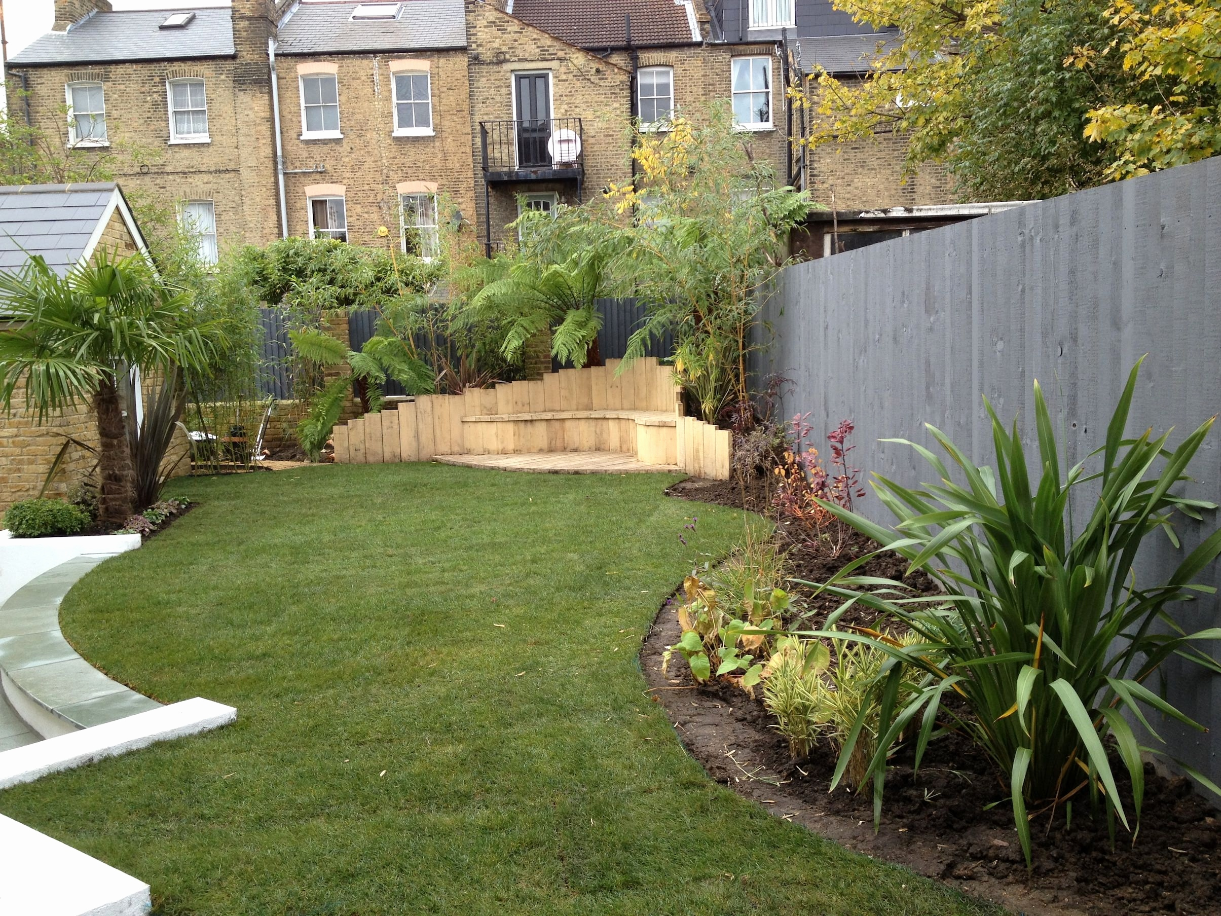 large front garden design photo - 5