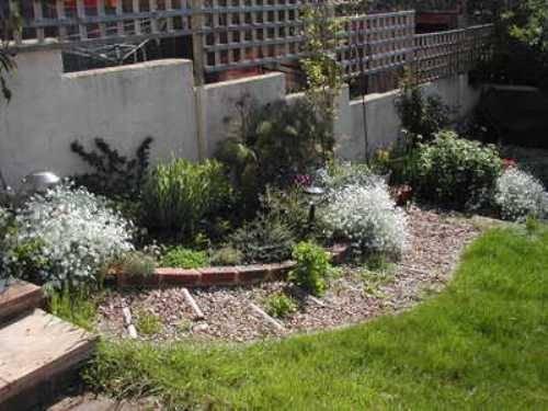 small sloped garden ideas photo - 8