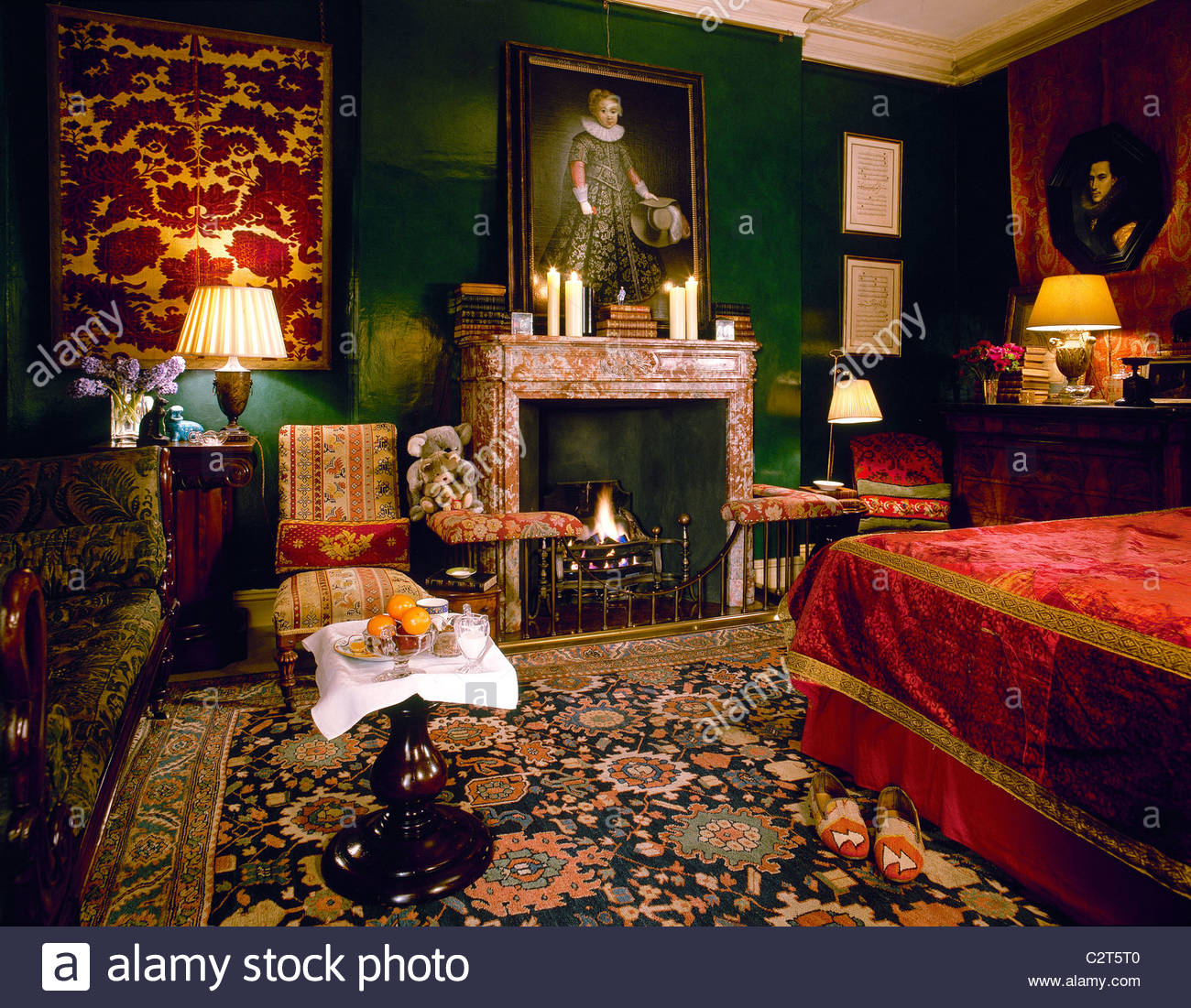 traditional red bedroom photo - 9